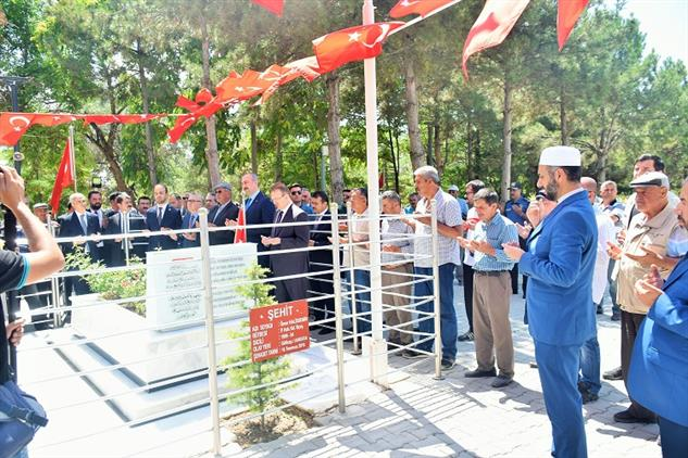 Niğde'de Adalet Bakanı Abdulhamit Gül şehit ömer Halisdemir'in Kabrini Ziyaret Etti.