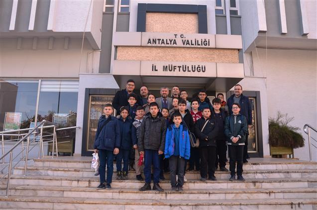 Antalya'da Askeriye Bölge Yatılı Kur'an Kursu öğrencilerinden Il Müftümüze Ziyaret