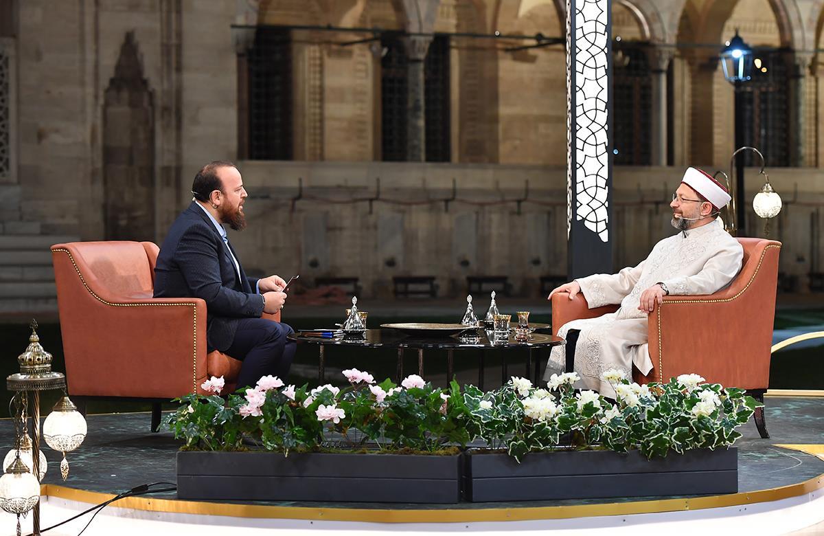 Diyanet Işleri Başkanı Erbaş, Ilk Sahurda Diyanet Tv'nin Konuğu Oldu