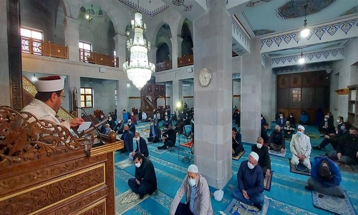 Kars'ta Evliya Camii'nde Bayram Namazı Coşkusu
