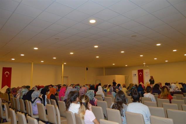 Afyonkarahisar'da Gençlere Yönelik Konferanslar Devam Ediyor
