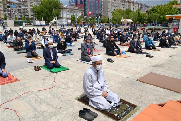 Koronavirüslü Günlerde Kırşehir'de Ilk Cuma Namazı Eda Edildi