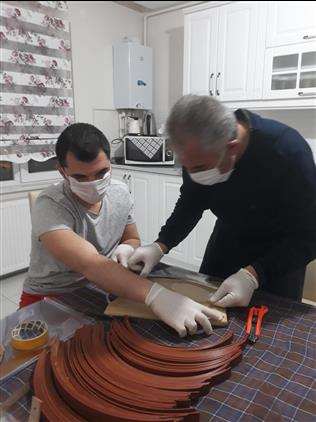Kırşehir'de Din Görevlileri Gönüllü Olarak Sağlık çalışanları Için Yüz Koruyucu Maskesi üretiyor