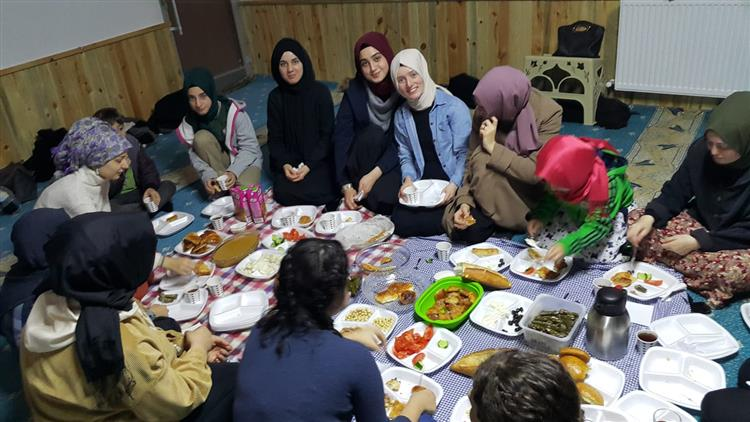 Yalova'da Kyk Kız öğrencileri Manevi Danışman Gözetiminde Sabah Namazında Buluştular.