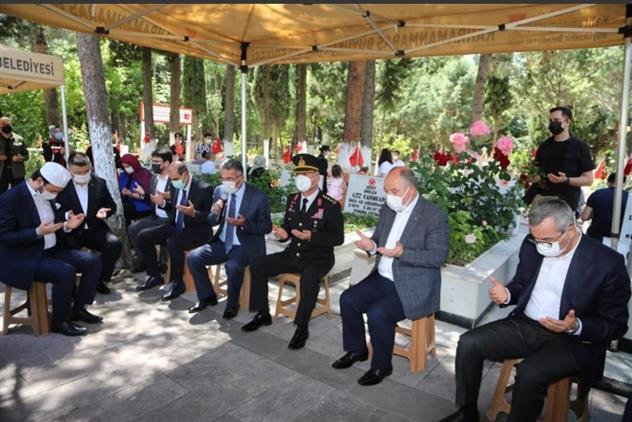 Kahramanmaras'da Il Müftümüz Mustafa Tekin, Ramazan Bayramı'nın Ilk Gününde, şehitlik Ziyareti Yaptı.
