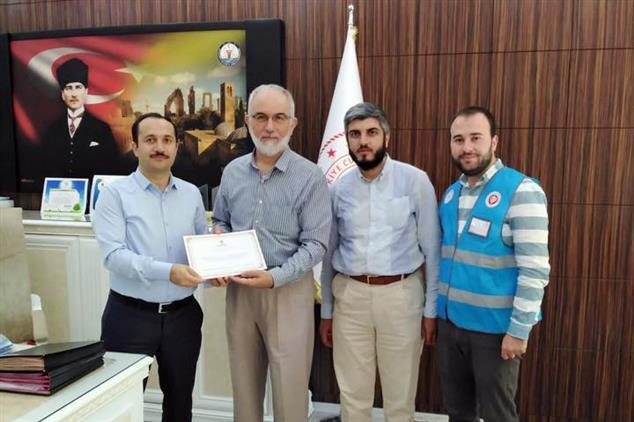 Şanlıurfa'da Il Sağlık Müdürü Erkuş Tdv' Ye Kurban Bağışında Bulundu
