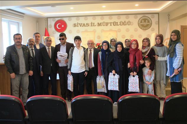 Sivas'ta Müftü Akkuş'tan Görme Engelli öğrencilere Umre ödülü
