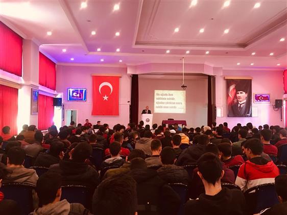 """Erzincan'da Müftümüz """"küfürsüz, Argosuz Gençlik, Havalı Gelecek"""" Projesi Kapsamında Konferans Verdi"""