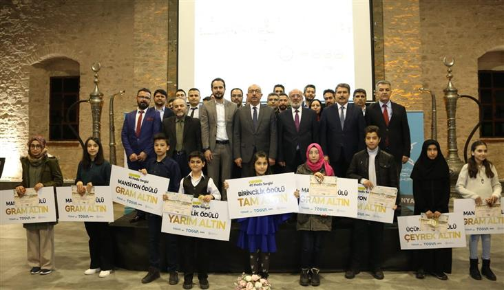 """Konya'da Poçanoğlu, Tügva Tarafından Düzenlenen """"çizimlerle 40 Hadis"""" Yarışması Sergi Ve ödül Törenine Katıldı."""