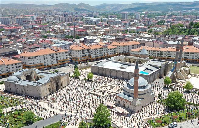 Sivas'ta Tarihi Kent Meydanında Huzur Dolu Cuma Namazı