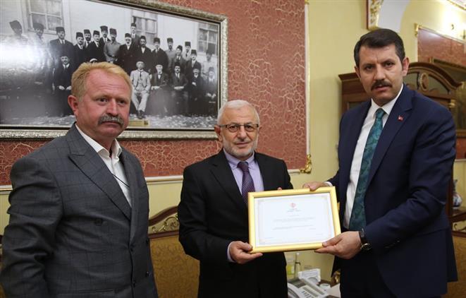Sivas'ta Vali Salih Ayhan Kurbanını Türkiye Diyanet Vakfına Bağışladı