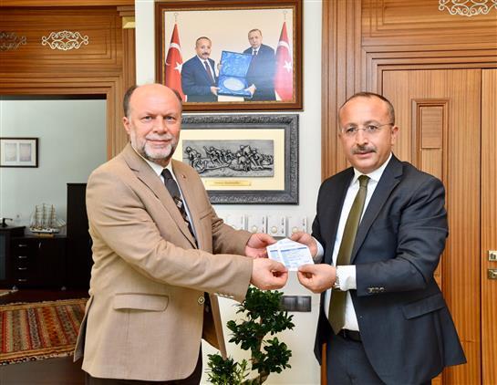 Denizli'de Valimiz Ali Fuat Atik'ten, Türkiye Diyanet Vakfı'na Kurban Bağışı